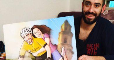 """Ilustración Regalo de Cumpleaños personalizado - """"Amor sobre ruedas"""" - Caricatura Personalizada - www.tuvidaencomic.com - Tu Vida en Cómic - BEN - TESTIMONIO"""